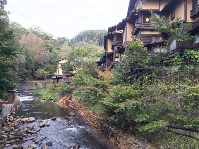 黒川温泉と横を流れる川と旅館