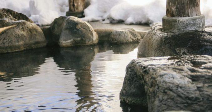 雪が積もった露天風呂のイメージ画像