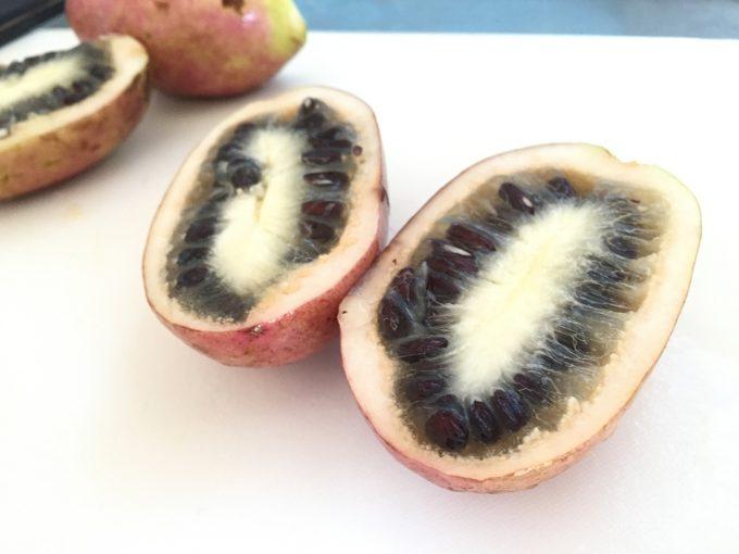2つに切ったムベの果実