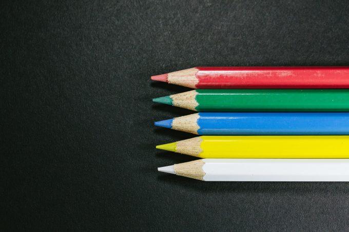 5本並んだ色鉛筆