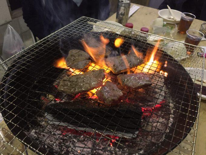 網で焼かれている牛肉