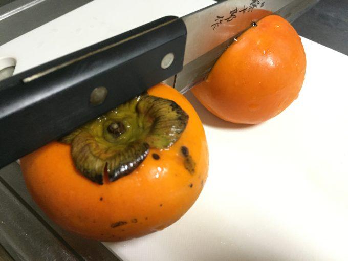 包丁が刺さった柿