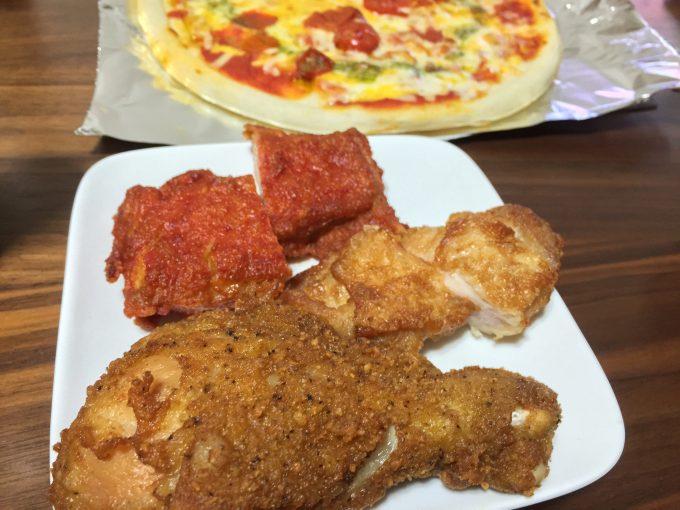 皿に盛り付けたチキンとピザ