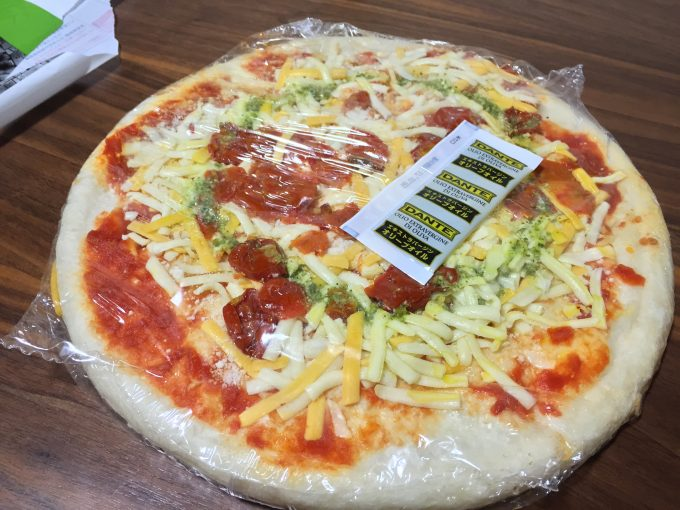 包みに入っているピザ