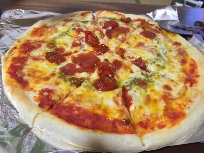 8等分にカットされたピザ