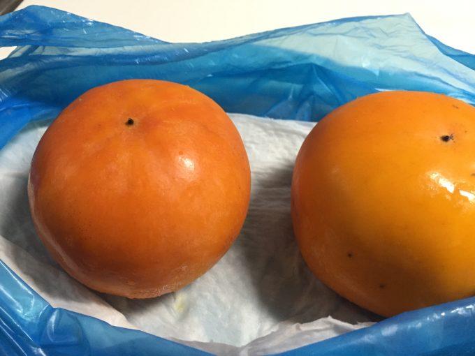 キッチンペーパーの上に置いた柿