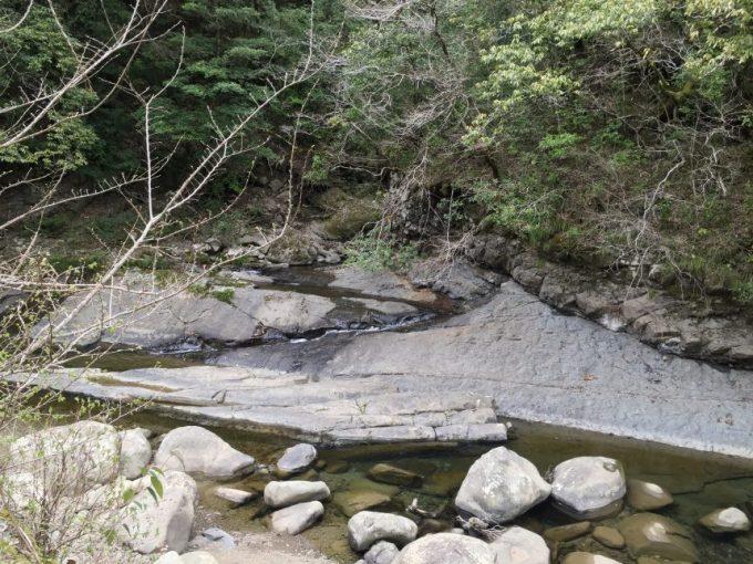 大自然感満点の大きな岩