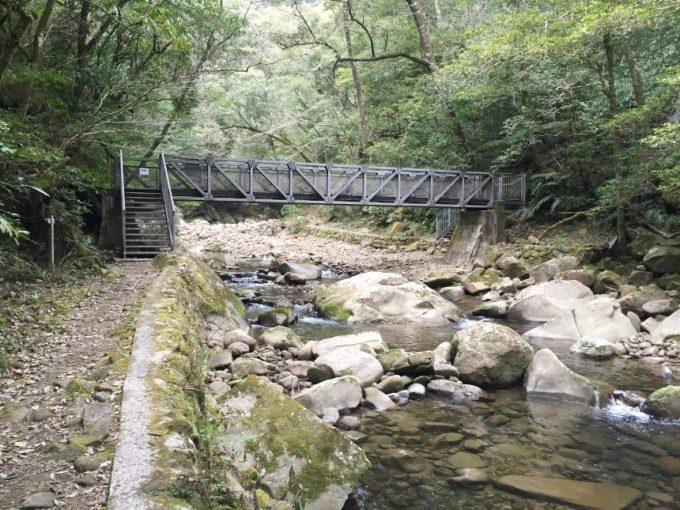 大自然の中に架かる立派な橋