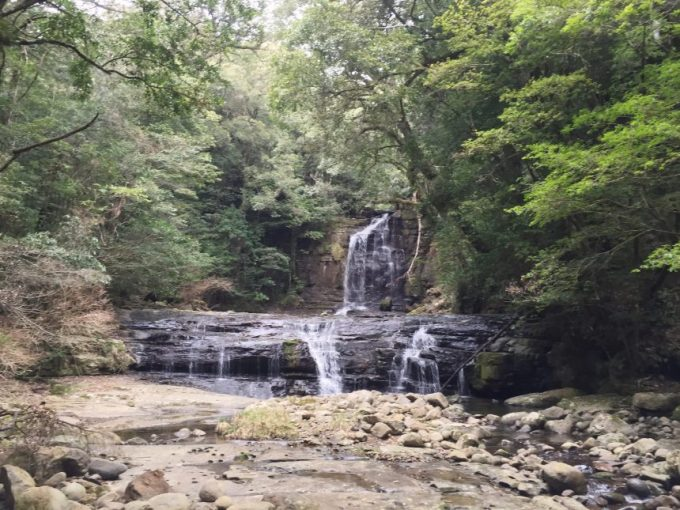 正面(中距離)から見る五重の滝