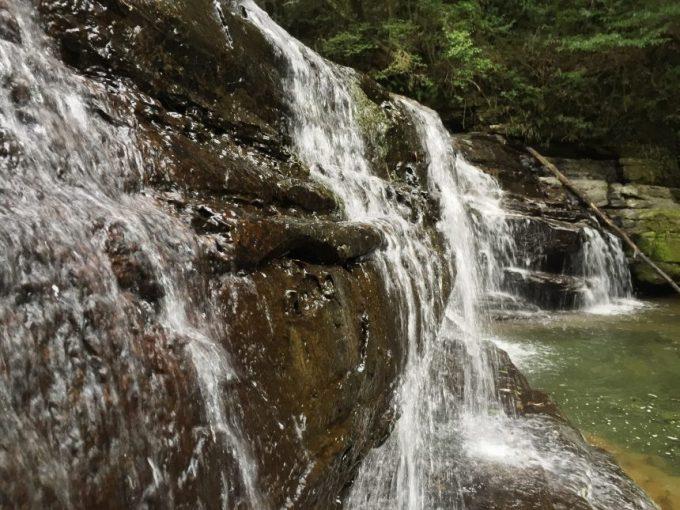 正面(至近距離)から見る五重の滝