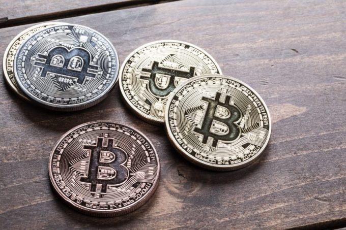 机の上に置かれたコインに見立てた仮想通貨(Bitcoin)