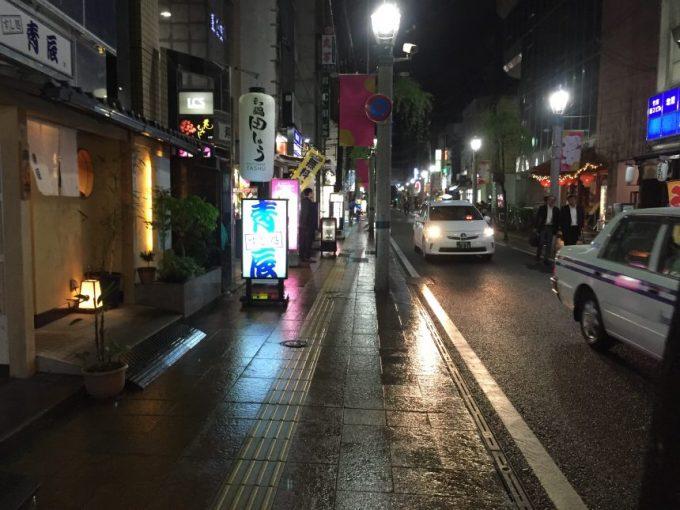 雨が降って路面がぬれている宮崎の飲み屋街