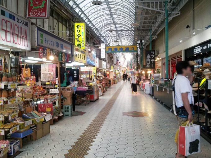 牧志公設市場へ続くアーケード商店街