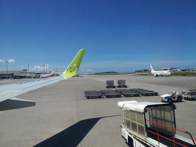 沖縄空港に到着した飛行からの写真