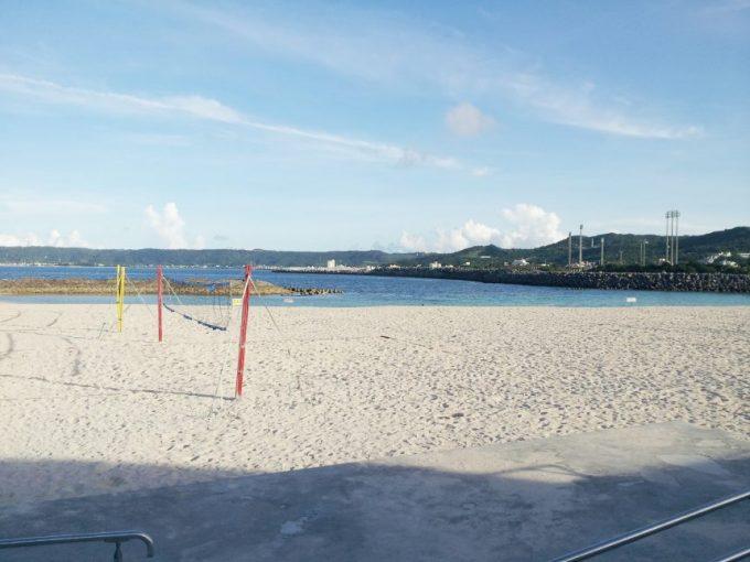 ビーチにたつ、バレーボールネット