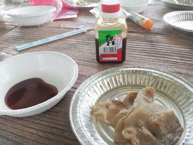 テーブルにのったお肉と戸村のタレ