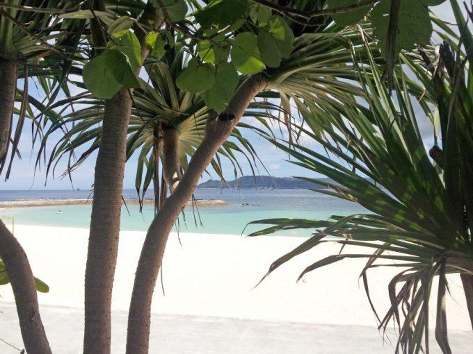 東屋からのぞくビーチ