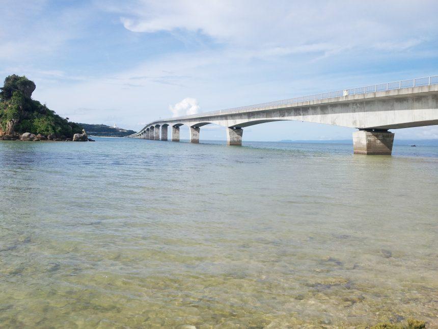 沖縄本島側の海辺から眺める古宇利大橋