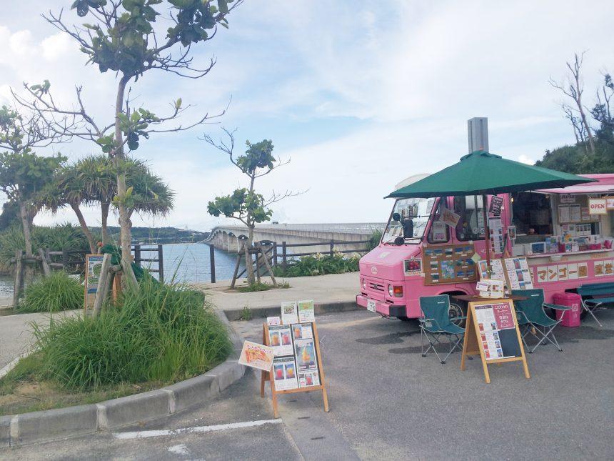 古宇利島の手前の休憩スポットで撮ったラブワゴンのようなピンク色の移動販売者