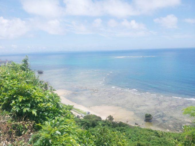 ニライカナイ橋を降りてしばらくいった海岸の風景