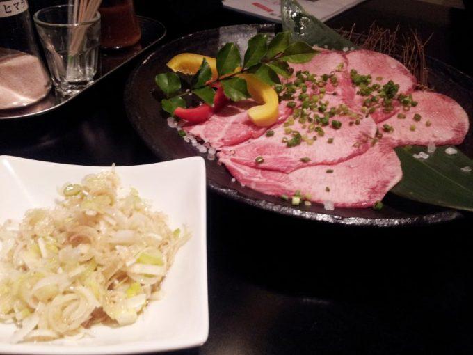 尾崎牛ネギ塩タン。お肉と別皿に盛られたネギ