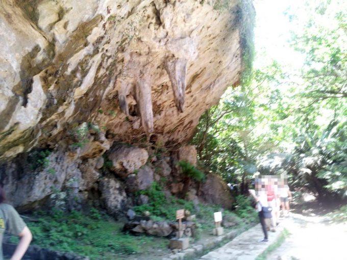 斎場御嶽(せーふぁうたき)でしたたる二つの柱状の岩