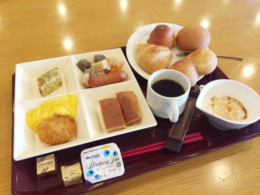 休暇村志賀島の朝食を大盛りで盛り付けたの図