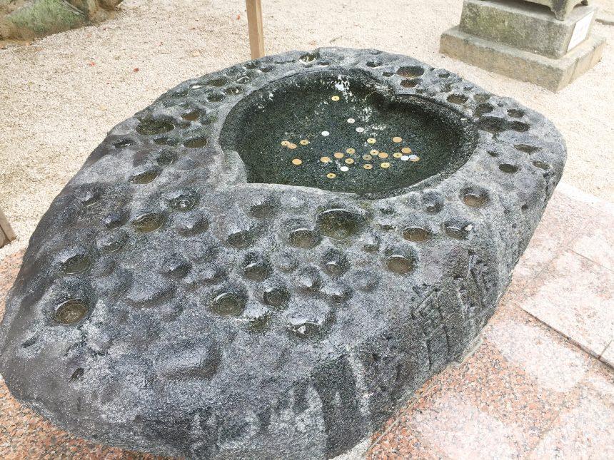 ハートの形をした手水鉢(ちょうずばち)