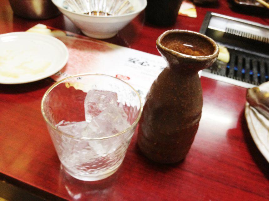 氷が入ったグラスと焼酎が入った徳利