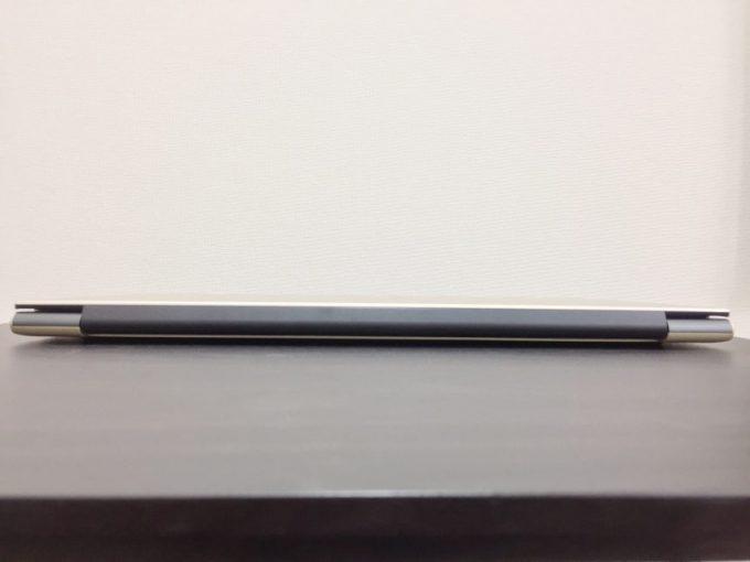 vostro15 5000(5568)のヒンジ部分の厚み。ヒンジ部のみ黒い樹脂