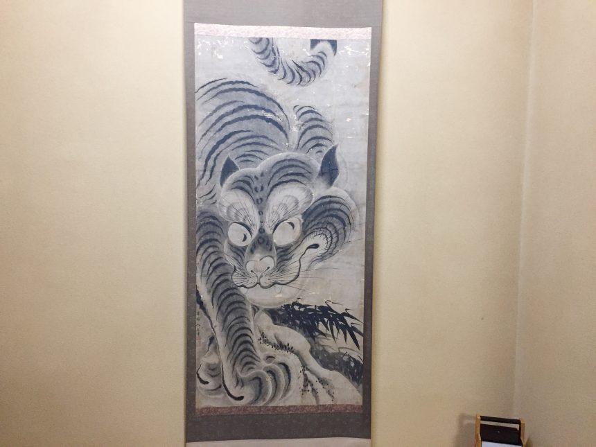 床の間に飾られた虎のような掛け軸