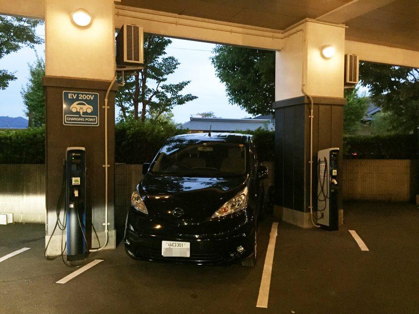 西の雅 常盤の駐車場。EV専用充電駐車場が完備
