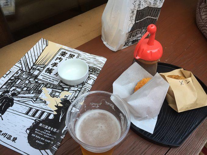 ベンチの上のビールとつまみ
