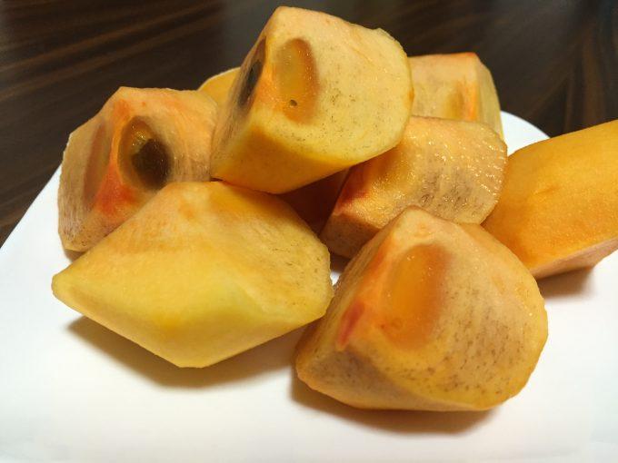 皿に盛りつけた柿