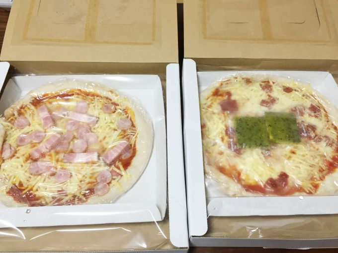 パッケージをあけた二つのピザ