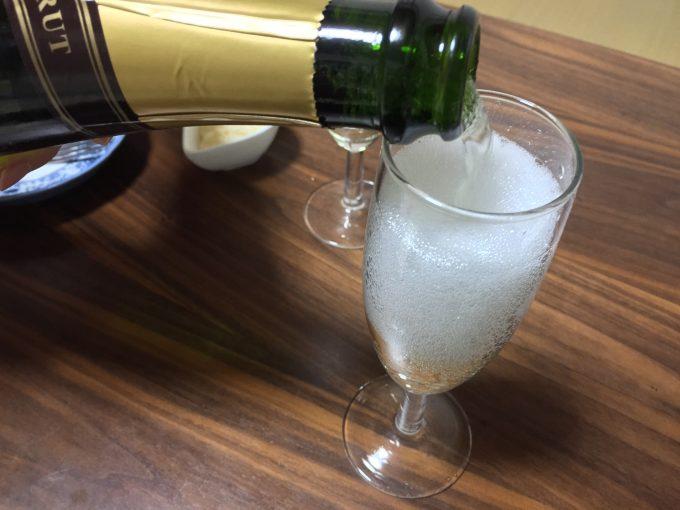 グラスに注がれるロジャーグラート(スパークリングワイン)