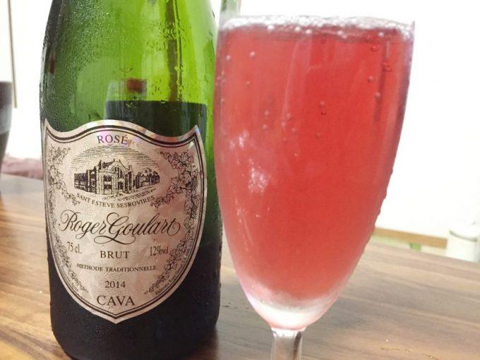 ロジャーグラート。グラスに注いだピンク色のロゼ