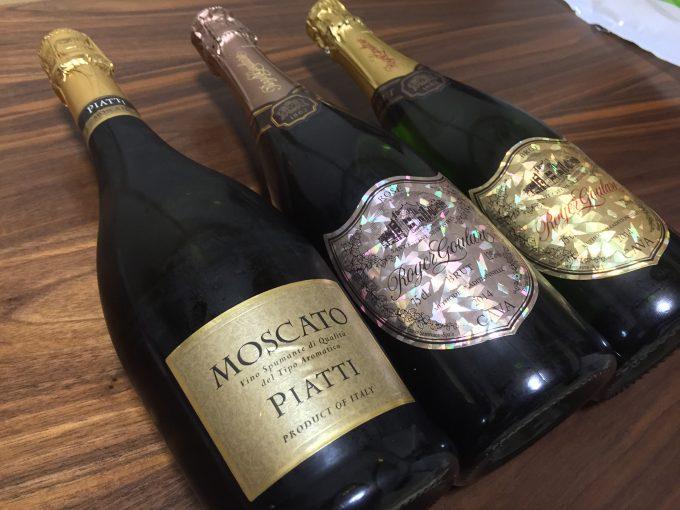 並べられた3本のスパークリングワイン
