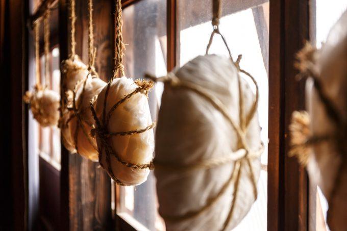 壁に吊るされた餅