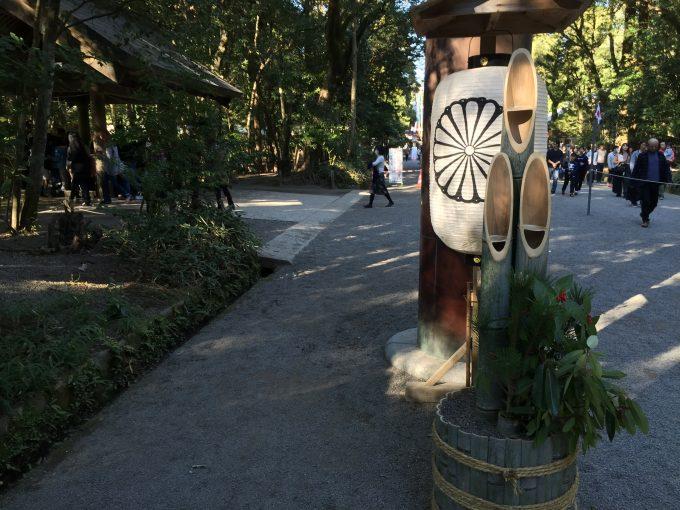 宮崎神宮の鳥居の下に飾られた、菊紋と門松