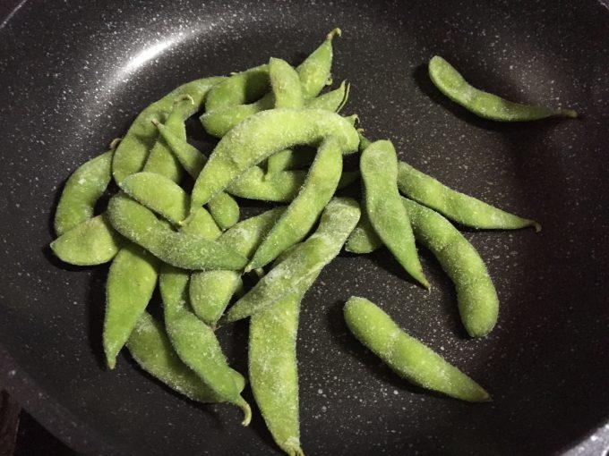 フライパンの中で凍ったままの枝豆