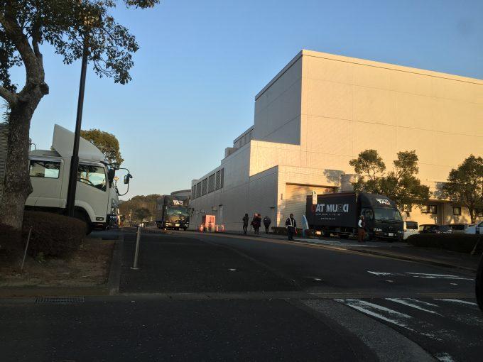 南郷ハートフルセンターに停まるドラムタオのトラック