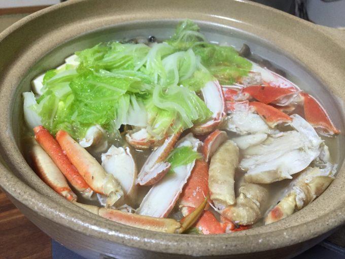 土鍋に入ったおいしそうなカニ鍋