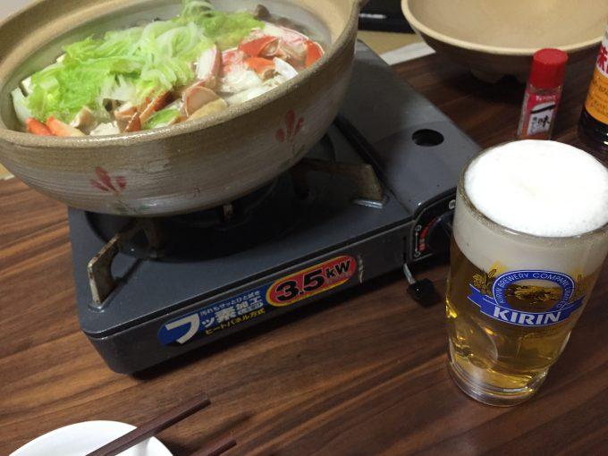 机に並ぶ生ビールとかに鍋
