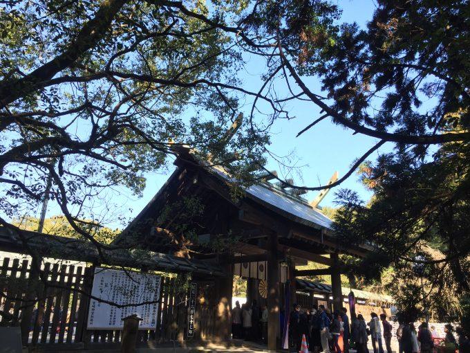 宮崎神宮の前門まで続く初詣の行列