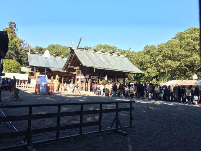 宮崎神宮の本殿へ続く初詣の行列