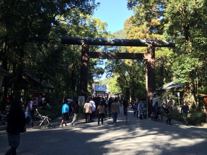 宮崎神宮の鳥居の前を通過する人達
