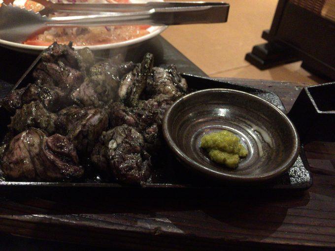 黒く炭で焼かれた地鶏