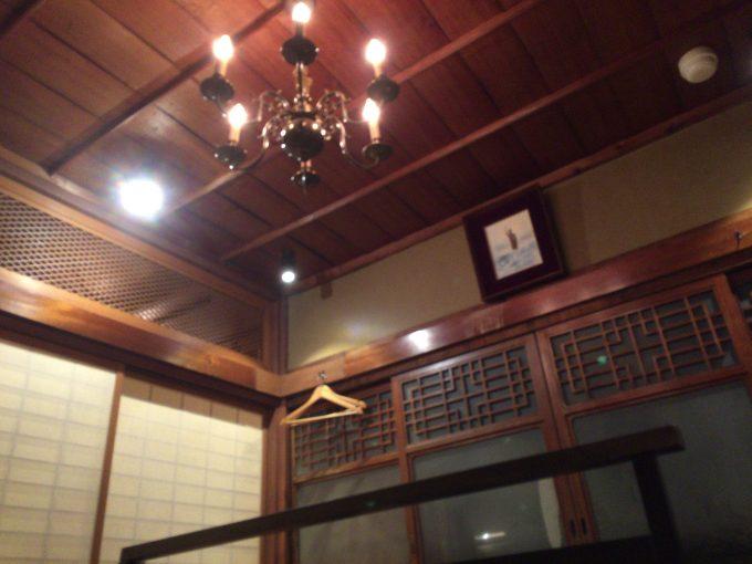 日南館の天井のシャンデリア