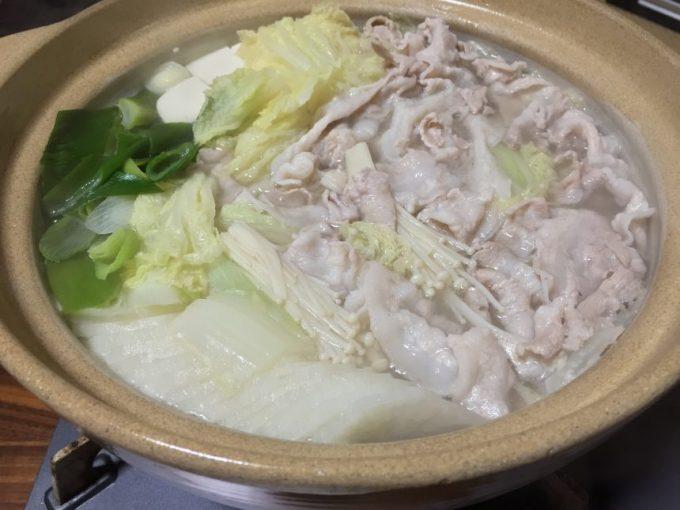土鍋に盛り付けられた野菜とお肉